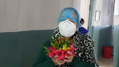 Photo of चार साताको अस्पताल बसाइपछि  खुशी हुँदै फर्किइन् कोरोनामुक्त आमा